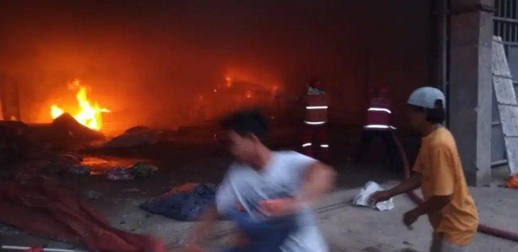 Gudang bahan baku kasur spring bed di Desa Ciledug Kulon, Kecamatan Ciledug, Kabupaten Cirebon terbakar, Sabtu (10/4)./Foto: Istimewa