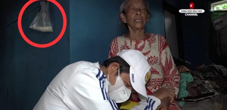 Anggota DPR RI Dedi Mulyadi, saat bertemu Mak Sofiah Janda tua sebatang kara. Tampak persedian beras mak sofiah buat dimasak (Lingkaran merah)