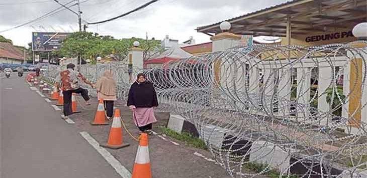 Kondisi Mako Polres Sukabumi Kota yang sudah dipasang kawat berduri untuk mengantisipasi terjadinya aksi teror, Senin (5/3).