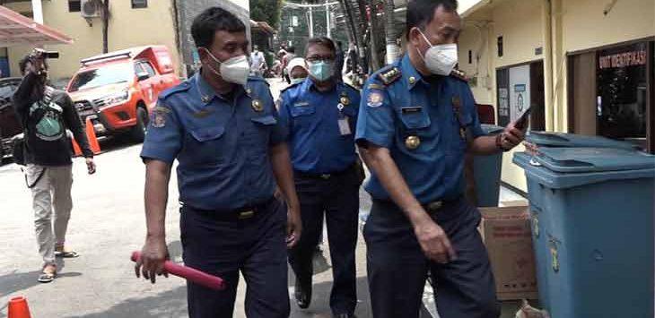 Tiga pejabat Dinas Pemadam Kebakaran dan Penyelamatan (Damkar) Kota Depok saat berada di Mapolrestro Kota Depok.