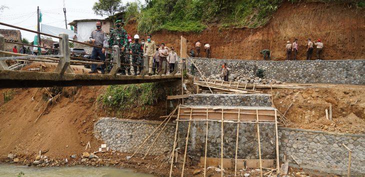 Tim Satgas TMMD Ke-110 Kodim 0607/Kota Sukabumi bangun jembatan di Desa Sundawenang./Foto: Istimewa