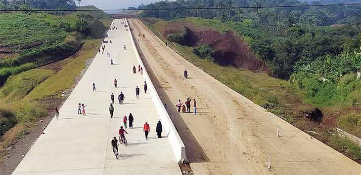 Pemandangan fisik pembangunan Tol Bocimi seksi II tepatnya di Kecamatan Ciambar, Kabupaten Sukabumi terus digeber pengerjaannya.