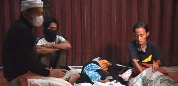 Wakil ketua komisi IV DPR RI, Dedi Mulyadi, saat menghampiri satu keluarga yang tidur di emperan toko. Problem sosial kemiskinan yang menjadi pemandangan setiap hari.