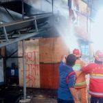 Duar! Ledakan Mesin Disusul Kobaran Api di PT Royal Sakti Rawalumbu