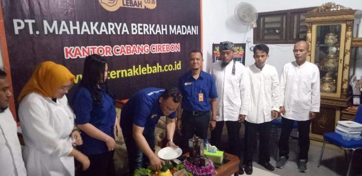 Direktur PT MBM, Made Purna Wijaya saat membuka cabang baru. Dede