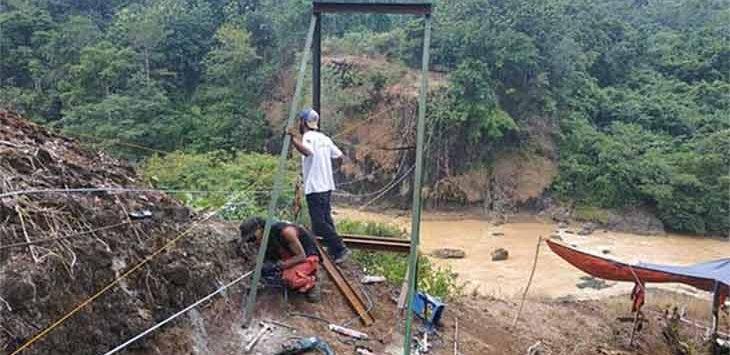 Anggota vertical rescue dan Rapi saat membangun jembatan gantung Desa Banyuwangi, Kecamatan Cibitung dan Desa Nangela, Kecamatan Tegalbuleud.