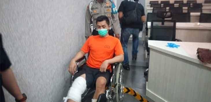 Petugas Polres Sukabumi saat membawa TR (24) pelaku tindak pidana pembunuhan kepada Edi (40) warga Kampung Cijati, Desa Sumberjaya, Kecamatan Tegalbuleud.