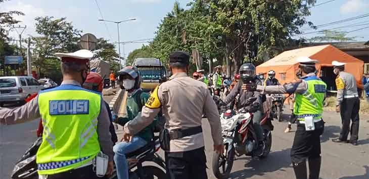 Pemudik diputar balik di Pos Penyekatan Kalijaga, Kota Cirebon. Radar Cirebon