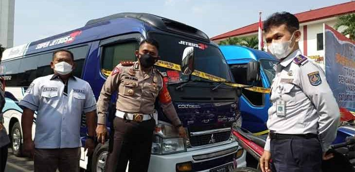 Kasatlantas Polres Metro Depok, Andi Indra Waspada bersama jajaran saat merilis bukti travel gelap yang terjaring petugas, di lingkungan Polres Metro Depok, Senin (3/5).