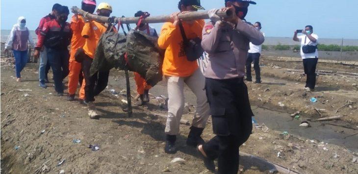 Petugas melakukan evakuasi jenazah warga Desa Weru Kidul, yang hilang saat memancing./Foto: Istimewa