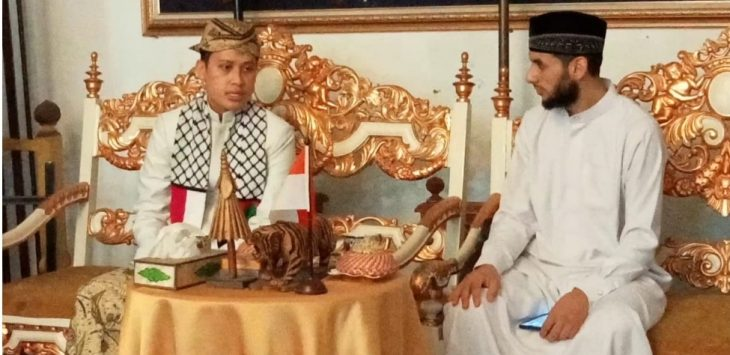 Ketua Dewan Masjid Gaza, Palestina, Syeikh Mamun Abu Samra silaturahmi dengan Sultan Sepuh XV, PRA Luqman Zulkaedin di Keraton Kasepuhan, Kota Cirebon./ Foto: Radarcirebon