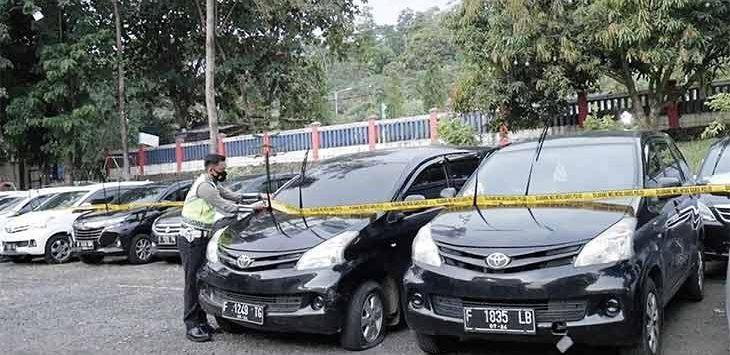 Puluhan taksi gelap yang mengangkut para pemudik dari zona merah terpaksa diamankan petugas di titik penyekatan Operasi Ketupat Lodaya 2021.