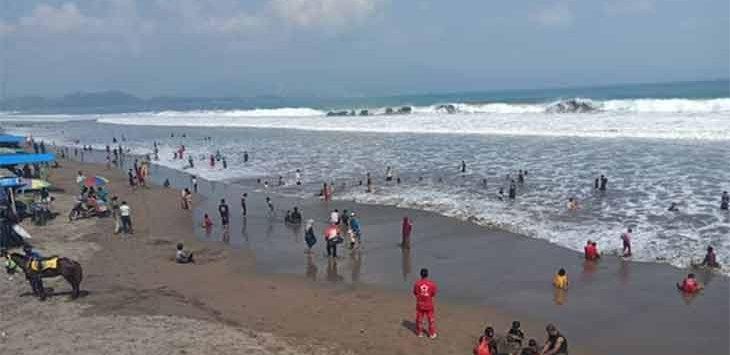Sejumlah wisatawan pada saat menikmati pantai Palabuhanratu.