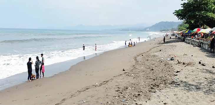 Wisata pantai di Palabuhanratu nampak sepi dari pengunjung setelah dilakukan penutupan dan penyekatan oleh petugas gabungan di beberapa titik penyekatan.