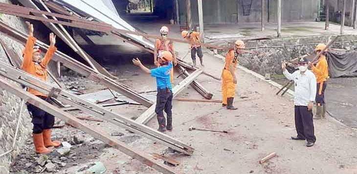 Sejumlah petugas BPBD Kota Sukabumi saat melakukan evakuasi gudang kayu yang roboh akibat diterjang angin puting beliung, Rabu (16/6).