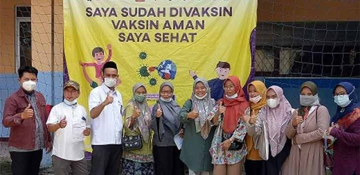 Sejumlah guru madrasah ketika foto bersama usai divaksinasi di MI Plus Al-Muhajirin, Kecamatan Pancoranmas, beberapa waktu lalu.