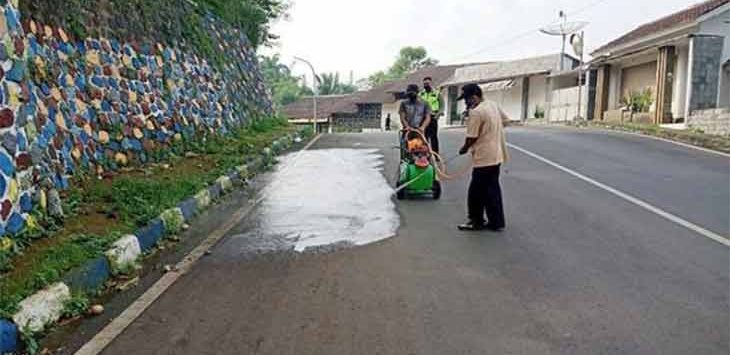 Petugas DPUTR Kota Sukabumi saat membersihkan Jalan Proklamasi, Kelurahan Jayamekar, Kecamatan Baros, Kamis (17/6).