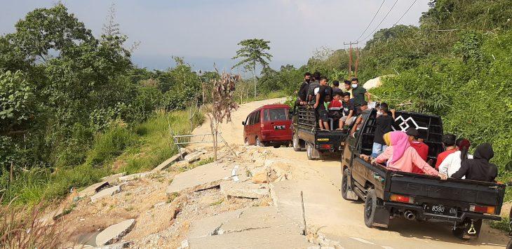 Para pengendara saat melintas harus bergantian, sementara dari arah berlawanan mengantri kenadaraan lain menunggu giliran lewat. Lokasi jalan lingkar barat, Paranggombong, Ciputan Sukasari.