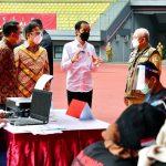 Jokowi Tinjau Vaksinasi Massal di Stadion Patriot Candrabaga