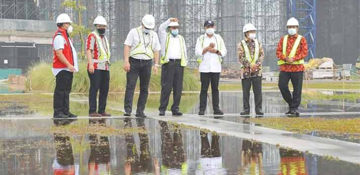 Menteri Pemuda dan Olahraga (Menpora), Zainudin Amali saat meninjau proses pembangunan gedung Universitas Islam Internasional Indonesia (UIII ) yang berlokasi di Kelurahan Cisalak, Kecamatan Sukmajaya.