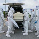 Nakes Malaysia membawa jenazah pasien Covid-19