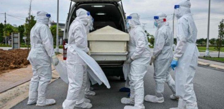 Nakes Malaysia membawa jenazah pasien Covid-19./Foto: Istimewa/AFP