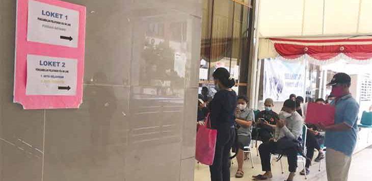 Masyarakat Kota Depok saat sedang mengantre di tempat layanan Disdukcapil Kota Depok, Gedung Diibaleka, Balaikota Depok, beberapa waktu lalu.