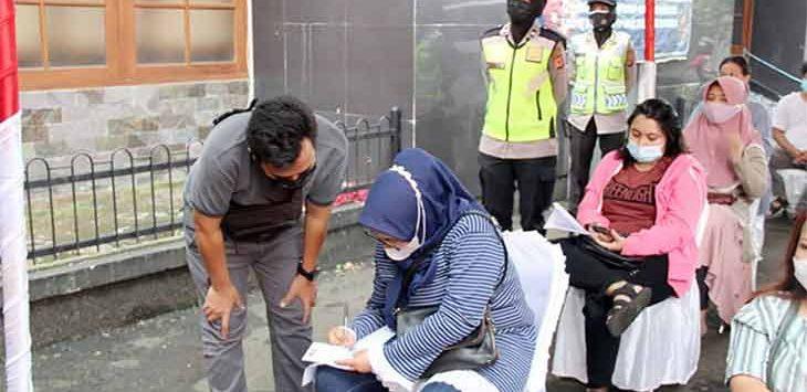 Sejumlah anggota Polres Sukabumi Kota saat mengamankan vaksinasi masal di Gedung Juang 45, Kecamatan Cikole, belum lama ini.