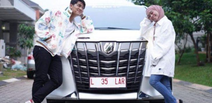 Rizky Billar dan Lesti Andryani mendapat hadiah mobil mewah jelang lamaran.