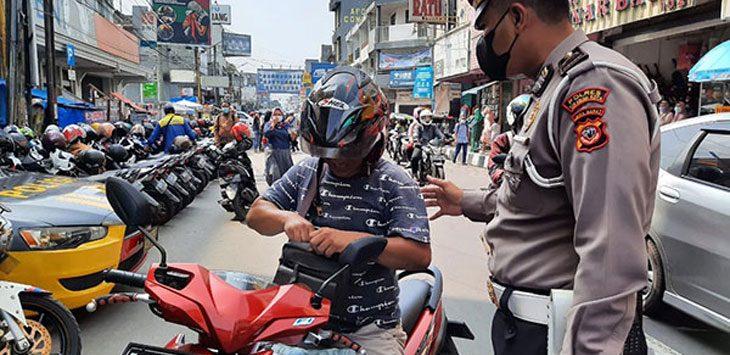 Sejumlah petugas Satlantas Polres Sukabumi Kota saat melakukan pengawasan Prokes di Jalan A Yani,
