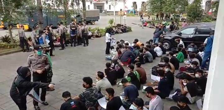 Sejumlah pemuda diamankan saat aksi unjuk rasa tolak PPkm di Bandung, Rabu 21 Juli 2021.