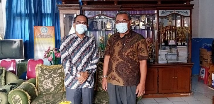 Kepsek SMPN 1 Karawang Timur, Drs UuS sugiana M.Pd (baju coklat) dan Komite Sekolah di Karawang, H. Wawan Setiawan, S.E. MM, (kiri)./Foto: Istimewa