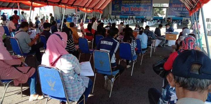 Vaksinasi covid-19 di Lanud Husein Sastranegara, Senin (26/7/2021)./Foto: Arief
