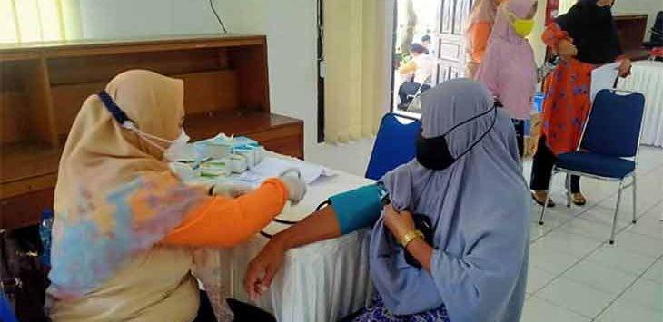 Sejumlah Lansia saat mengikuti vaksinasi di Aula Kecamatan Lembursitu