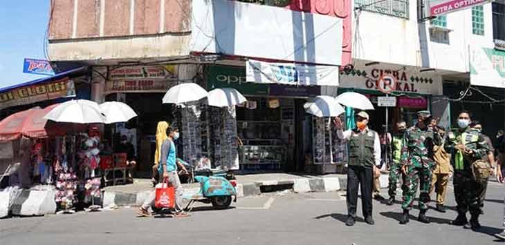 Walikota Sukabumi, Achmad Fahmi bersama Forum Komunikasi Pimpinan Daerah (Forkopimda) Kota Sukabumi saat memantau langsung kondisi pusat keramain Jalan Ahmad Yani Kota Sukabumi.