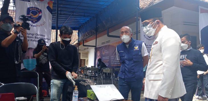 Ketua DPW Partai Nasdem Jawa Barat H. Saan Mustopa saat memantau vaksin. Dede