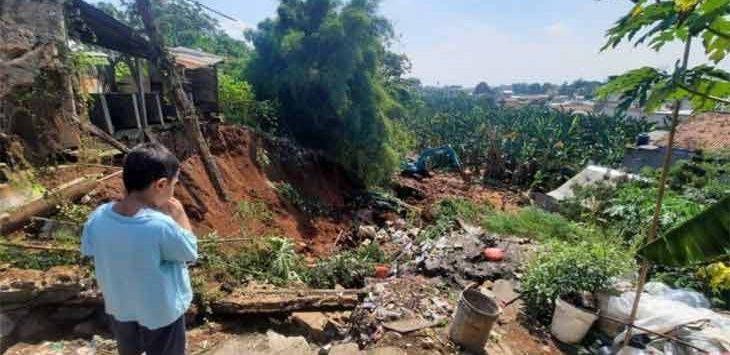 Kondisi setelah longsor dan banjir yang terjadi di RT 3/10 Kelurahan Curug, Kecamatan Cimanggis dan RT 4/22 Kelurahan Sukatani, Kecamatan Tapos, Senin (2/8).