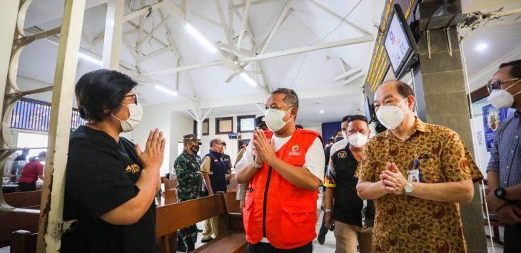 Wawalkot Yana Mulyana saat meninjau jalannya vaksinasi Covid-19 Rumah Sakit Immanuel, Jalan Kopo, Kota Bandung, Selasa (3/8/2021)./Foto: Arief