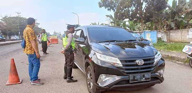 Polres Sukabumi Kota saat menggelar penyekatan dibeberapa titik perbatasan Kota Sukabumi, Minggu (1/8).