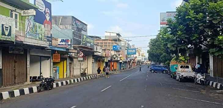 Kondisi pusat perekonomian di Jalan A Yani, Kota Sukabumi masih nampak lenggang dari aktifitas masyrakt selama pemberlakuan PPKM Level 4.