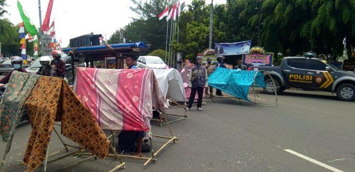 Warga Kampung Citaman terdampak Tol Japek Selatan bangun tenda di tengah jalan tepat di depan kantor Pemkab Karawang, Selasa (15/9/2021)./Foto: Ega