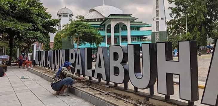Kondisi lapangan Alun Alun Palabuhanratu Kabupaten Sukabumi yang masih dalam proses renovasi dan rehabilitasi.