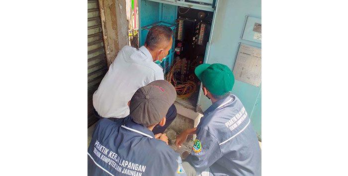 Dishub Kota Sukabumi saat memperbaiki lampu traffic light di simpang Cigodeg, Jalan Pemuda, Kecamatan Citamiang, Selasa (12/10).