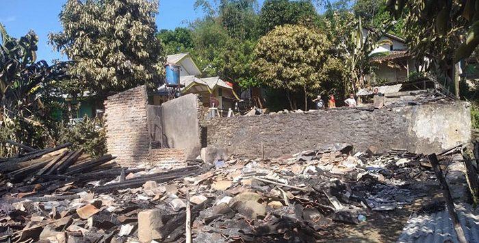 Kondisi dua rumah di Kecamatan Bantargadung yang luluh lantah oleh api.