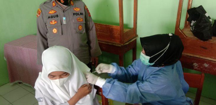 Polsek Baleendah Polresta Bandung tinjau vaksinasi Covid-19 di SMA Al-Qonaah, Kamis (14/10/2021)./Foto: Arief