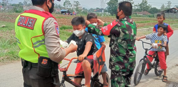 Babinsa dan Babinkamtibmas Kecamatan Cangkuang Kabupaten Bandung, terus melakukan pencegahan penyebaran Covid-19.