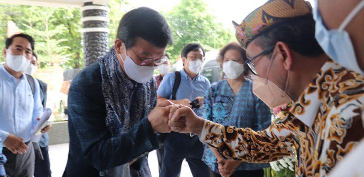 Bupati Cirebon, H Imron saat menyambut Menteri Samudera dan Perikanan Korea Selatan Moon Seong-hyeok di Kampus ITB Cirebon. Joni